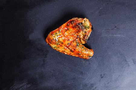 heerlijke gegrilde kip vleugel op een zwarte achtergrond Stockfoto
