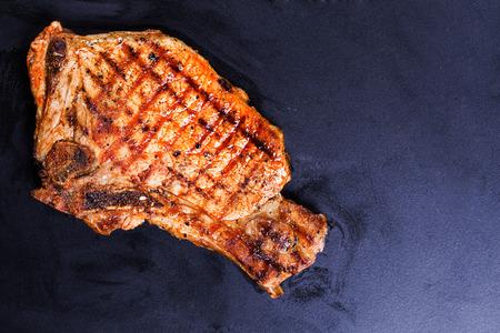 biefstuk van rundvlees gegrild op een zwarte achtergrond bakken