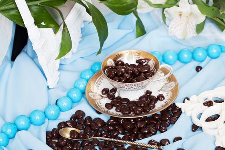 chocoladedragees in een stilleven in blauwe kleuren met fijne lijntjes