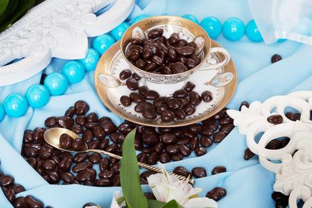 chocolade dragees in een stilleven in blauwe kleuren met fijne lijnen
