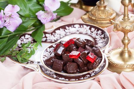 rode gelei in chocolade op een plaat in een luxe stilleven