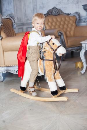 kleine jongen prins met paard en zwaard in het kasteel gelukkige jeugd