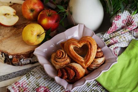 broodjes en gebak hart in een stilleven, een dorp van de Provence, de liefde van het bakken