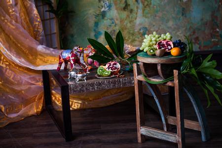druiven, kiwi, granaatappel, mandarijn, in een stilleven in de Indische interieur