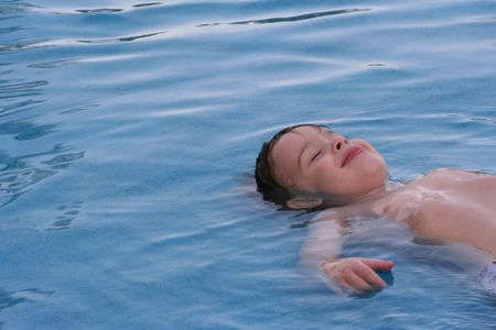blindly: The person of the child in water blindly