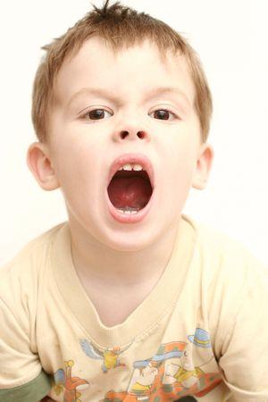 boca abierta: El muchacho con la boca abierta sobre un fondo blanco
