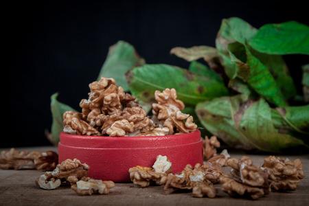 albero nocciolo: walnuts (Juglans regia) on a black background with leaves from the stoma Archivio Fotografico