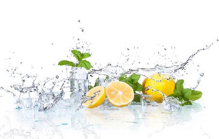 Cubitos de hielo y salpicaduras de agua con menta y limón sobre un fondo blanco.
