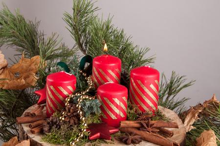 Rote Weihnachtskerzen auf einem Adventskranz