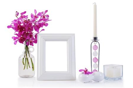 Weiß Bilderrahmen in der Dekoration mit Orchideen und Kerzen Standard-Bild