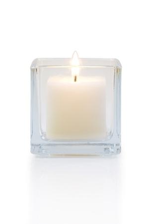 brennende Kerze Vorderansicht, isoliert auf weiß