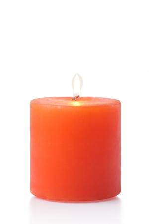 rote Kerze auf weißem Hintergrund Standard-Bild