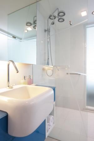 weiße Waschbecken auf blauem Zähler im Badezimmer