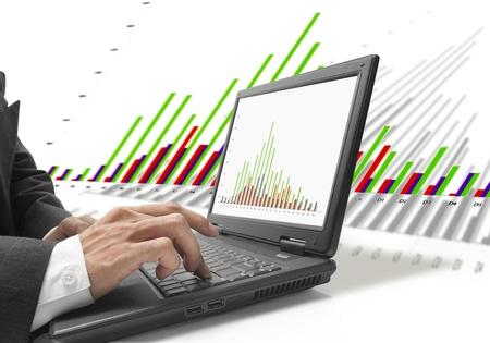 Geschäftsmann überprüfen drei Farb-Grafik auf Notebook mit Grafik Hintergrund.