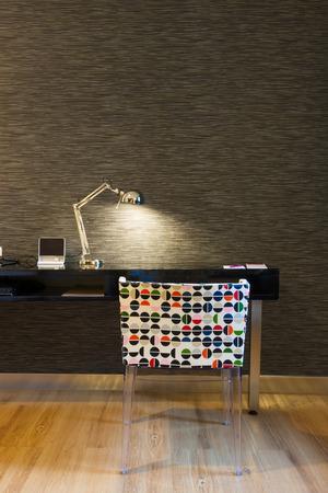 Mini-Arbeitsecke im modernen Stil Hotelzimmer, Bangkok, Thailand. Lizenzfreie Bilder
