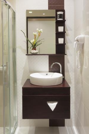 cuarto de ba�o: peque�o cuarto de ba�o de lujo en el hotel. Foto de archivo