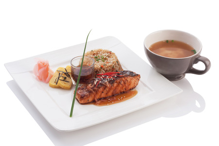 Lachs Teriyaki mit Miso-Suppe isoliert auf weiß gesetzt.