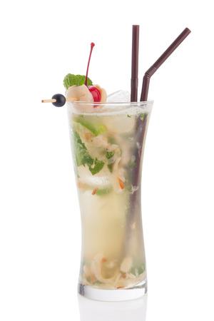 Litschi Mojito Cocktail isoliert auf weißem Hintergrund. Standard-Bild