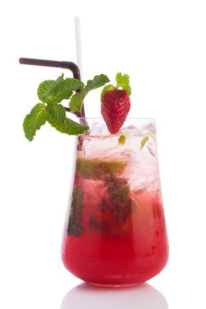 Erdbeer Mojito Cocktail isoliert auf weißem Hintergrund.
