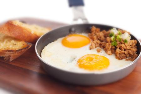 carne picada: Pan de huevo frito con carne de cerdo picada y tostado franc�s ajo.