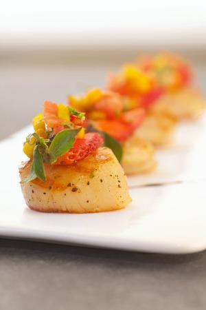 manjar: Vieira empapada de amarillo fresco salsa de mango.