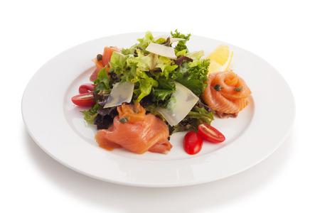 salmon ahumado: Salmón ahumado con ensalada asiática mezcla, la cebolla y aderezo balsámico, aislado en blanco.