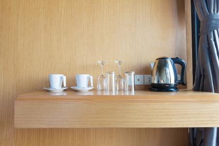 Zubereitete Tasse, Glas und Wasserkocher auf Holz Regal in Luxus-Hotelzimmer. Standard-Bild - 43284187