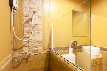 bathroom: Aseo y baño en Banana Garden Beach, Ko Lanta, Krabi, Tailandia. Foto de archivo