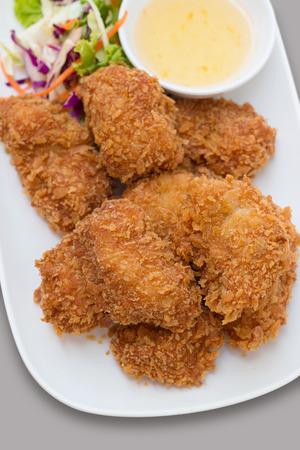 Deep fried fish or chicken served with sweet sauce and salad. Lizenzfreie Bilder
