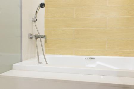 Badewanne Dusche sind bereit für neue Ankunft Kunden. Standard-Bild