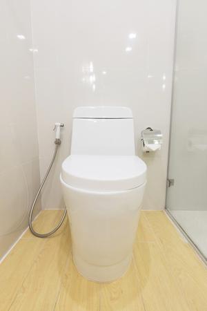 Weiße Sanitärkeramik in der modernen Toilette