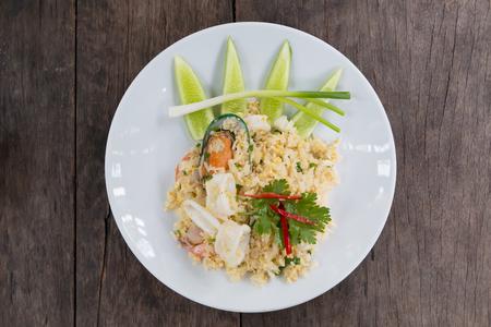 Meeresfrüchte gebratener Reis, einfach und leckeres thailändisches Essen. Standard-Bild