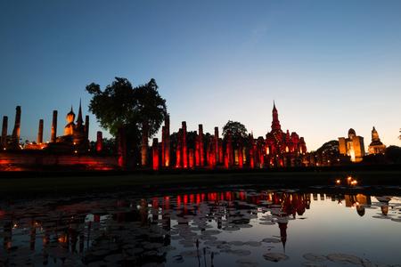 """In der Dämmerung des alten Tempels """"Wat Mahathat"""" in Sukhothai Historical Park, Provinz Sukhothai, Thailand Standard-Bild"""