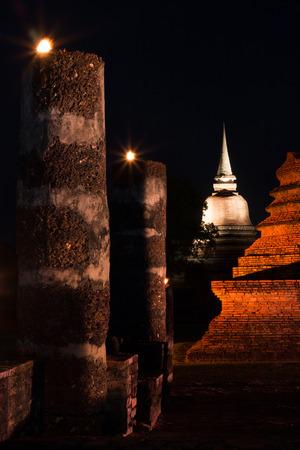 Abend am alten Tempel Wat Mahathat im historischen Park Sukhothai, Provinz Sukhothai, Thailand.