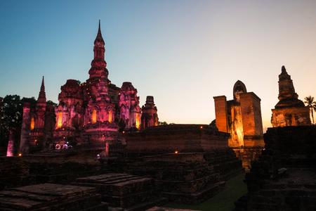 Nach Sonne fallen an den alten Tempel Wat Mahathat in historischem Park Sukhothai, Sukhothai-Provinz, Thailand.