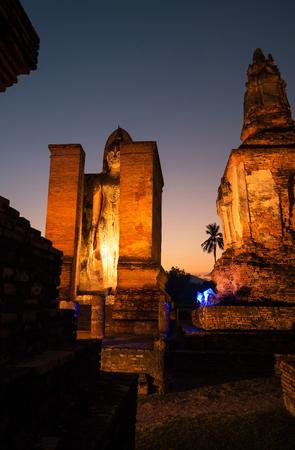 """Wenn die Sonne am alten Tempel """"Wat Mahathat"""" im historischen Park Sukhothai, Provinz Sukhothai, Thailand fällt."""