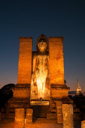 """Die Respektstatue von Lord Buddha am alten Tempel """"Wat Mahathat"""" in historischem Park Sukhothai, Sukhothai-Provinz, Thailand. Standard-Bild"""