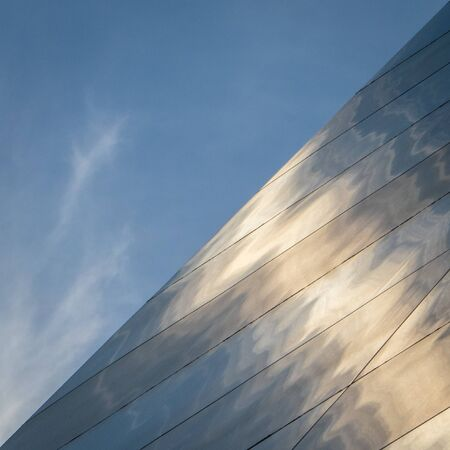 Artistic view of the Saint Louis Gateway Arch stainless steel exterior detail with sky. Редакционное
