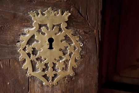 slot met sleuteltje: Keyhole op oude houten deur