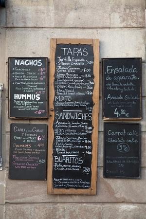 tapas espa�olas: Diversos men�s espa�olas en una pared en Espa�a