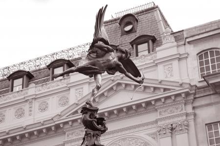 eros: Statua di Eros da Gilbert (1895), Piccadilly Circus, Londra, Inghilterra, Regno Unito in bianco e nero tonalit� seppia