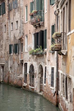 ladrillo: Canal y la fachada de ladrillo rojo, Venecia, Italia, Europa Foto de archivo