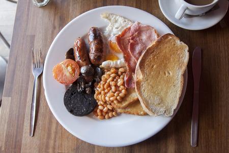 comida inglesa: Típico Inglés desayuno servido con té