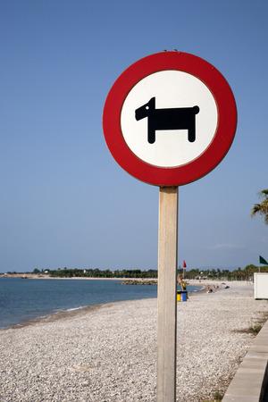 prohibition: Chien Interdiction Signe contre fond de plage