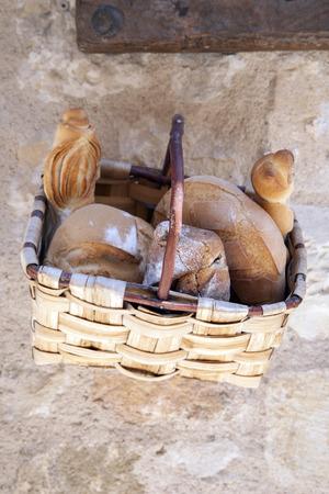 canasta de pan: Bread Basket en Pueblo en Espa�a
