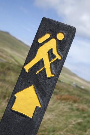 symbol sport: Yellow Wandern Anmelden mit l�ndlichen Hintergrund