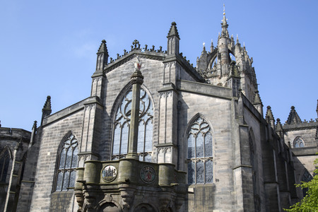 giles: Mercat Cross (1882) and St Giles Cathedral Church, Edinburgh; Scotland Stock Photo