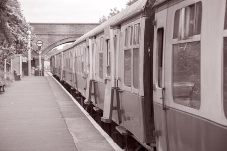 Railroad Treinwagen op Station Platform in Zwart-wit Wit Sepia Tone Stockfoto