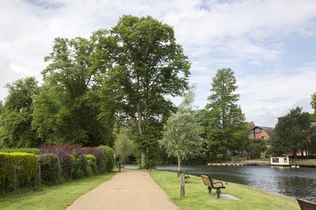 stratford upon avon: Footpath alongside River, Stratford Upon Avon, England, UK