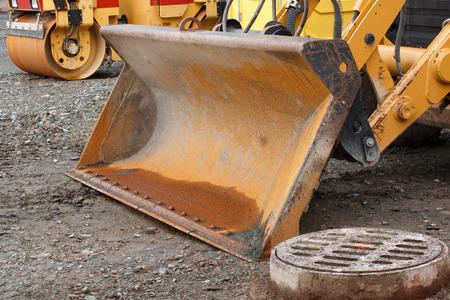 cargador frontal: Frente detalle balde cargador en la obra de construcci�n Foto de archivo